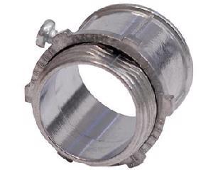 136826 Conector para tubo conduit de pared delgada 3/4in Surtek. -Fabricados en zamak con terminado cromo satinado-Para tubo de pared delgada